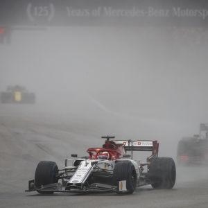 Kimi Räikkönen gick om Red Bull-förarna i starten.