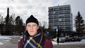 Niklas står i Grankulla centrum.