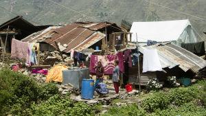 Många hus kollapsade i bergen.