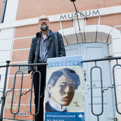 Man i skägg framför Borgå museum