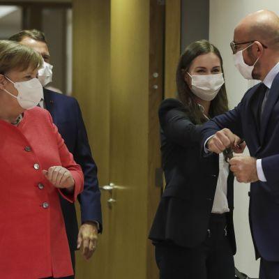 Pääministeri Sanna Marin ja Eurooppa-neuvoston puheenjohtaja Charles Michel tervehtivät toisiaan EU-huippukokouksessa Brysselissä 17. heinäkuuta 2020.