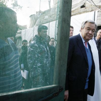 Antonio Guterres träffar syriska flyktingarb i ett flyktingläger i Libanon i april 2015.