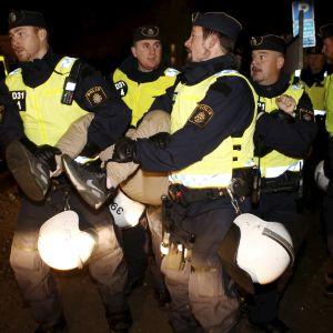 Poliser i Malmö vid romskt läger.