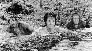 Misa Uehara (keskellä) elokuvassa Kätketty linnake