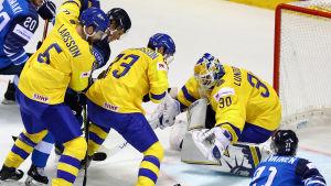 Närkamp mellan Tre Kronor och Lejonen framför Henrik Lundqvists mål.