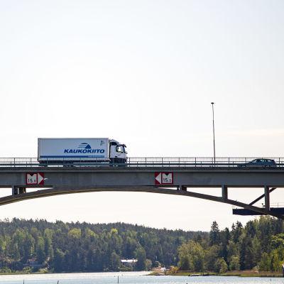 Kuorma-auto Hessundin sillalla Paraisilla.