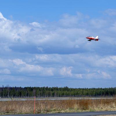 Ilmavoimien Hawk suihkuharjoitushävittäjä lentää Oulun lentokentän yläpuolella Ilmataktiikka 20 harjoituksen yhteydessä.