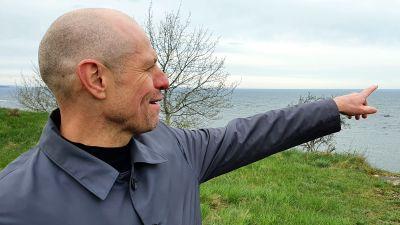 Taavi Veskimägi, styrelseordförande för stamnätbolaget Elering, pekar ut över havet.