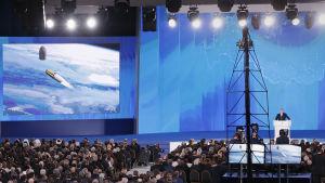 På en stor bildskärm visades bilder på det nya kärnvapnet.