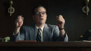 Gardner (Matt Damon) sitter vid sitt skrivbord och klämmer nervöst på grippers.