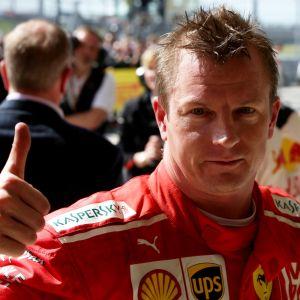 Kimi Räikkönen visar tummen upp