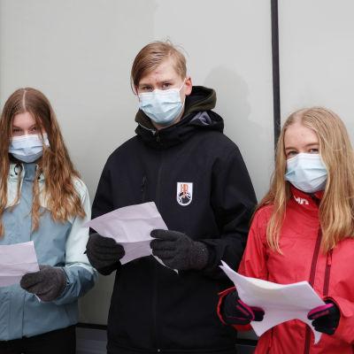 Jenna Pellinen, Niilo Heiskanen ja Pihla Kriktilä kirjoittivat kirjeitä sotaveteraaneille ja lotille.