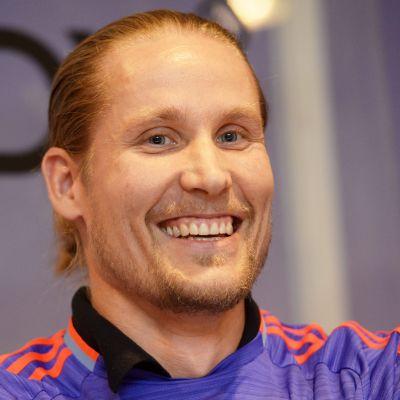 Mikael Järvi hymyilee lähikuvassa.