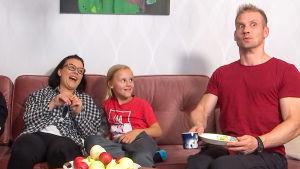 Laura, Ville jaAamos ilmeilevät sohvalla.