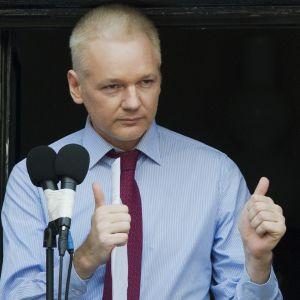 Julian Assange utanför Ecuadors ambassad 2012.
