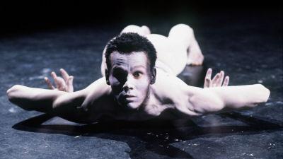 Ligeti: Aventures & nouvelles aventures, tanssija Tero Saarinen roolissaan.