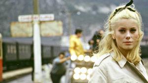 Catherine Deneuve elokuvan Cherbourgin sateenvarjot (1964) kuvauksissa. Kuva tv-dokumentista Olipa kerran... Cherbourgin sateenvarjot.