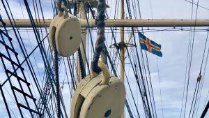 Ålands flagga ombord på Pommern i Mariehamn.