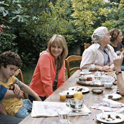 Kesähetket. Kuvassa Charles Berling Juliette Binoche, Isabelle Sadoyan, Dominique Reymond(oik), Alice de Lencquesaing(takana) ja Max Ricat(sylissä). Yle Kuvapalvelu
