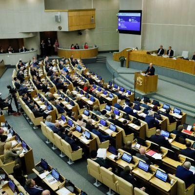 Duuman istuntosali. Pääministeri pitää puhetta puhujanpöntössä.