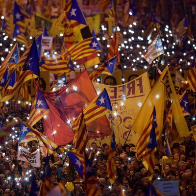 Demonstranter bär på bilder av fängslade katalanska seperatistledare