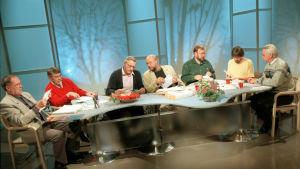 Luontoilta-ohjelman asiantuntijaraati ja juontaja Veikko Neuvonen tv-studiossa vuonna 2000.