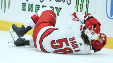 Erik Haula ligger skadad på isen.