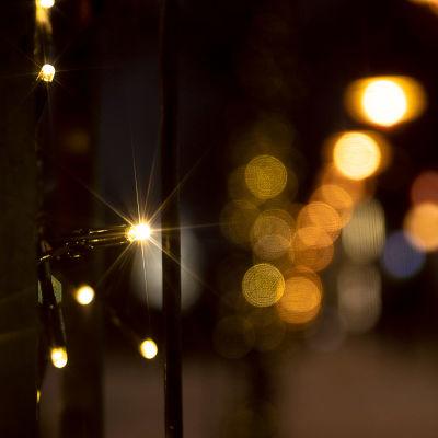 jouluvaloja kiedottuna puuhun
