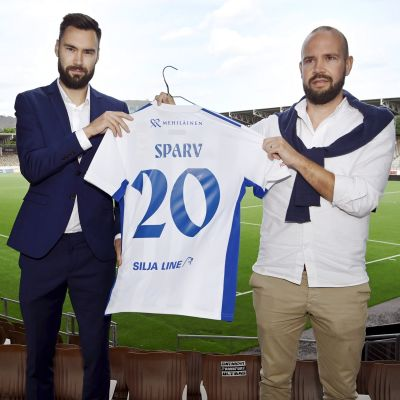Tim Sparv  och Miika Takkula med HJK-tröja.
