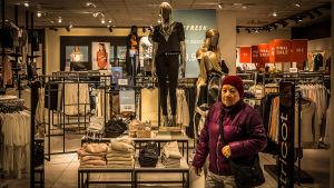 Kvinna lämnar modeaffär