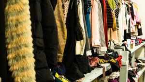 Begagnade kläder på loppmarknad