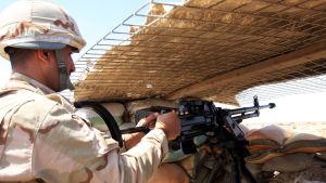 Soldat vid postering söder om Tikrit i Irak.