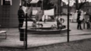 Barn med mamma i lekpark.