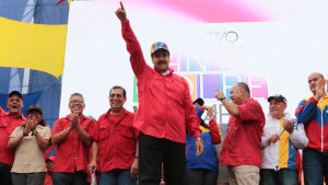 President Nicolas Maduro deltog i en motdemonstration i huvudstaden. Han sade att det är möjligt att han utmanar oppositionen i ett tidigarelagt presidentval