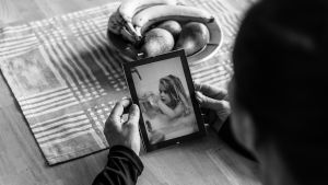 Farmor tittar på foto av barnbarn