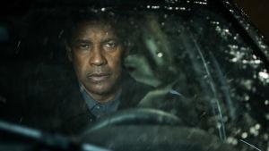Robert McCall sitter i sin bil och väntar på att nästa skurk skall dyka upp.