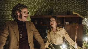 Per-Ove Elofsson (Magnus Krepper) och Maud (Felice Jankell) dansar kring en julgran.