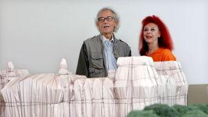 Christo och Jeanne-Claude vid en miniatyr på sitt konstverk, det inslagna riksdagshuset i Berlin, under en utställning i La Rioja, Spanien, sommaren 2009.