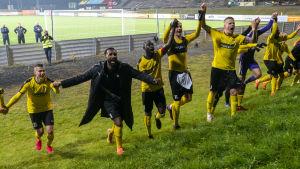 KuPS spelare tackar supportrarna, som såg följde bakom arenastängslet, efter segern mot Suduva.