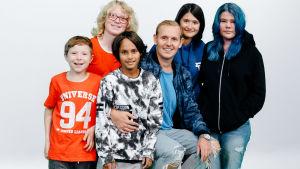 En gruppbild på barnen i UR:s serie Superungar.