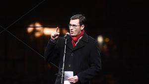 Karácsony Gergely är borgmästare i Budapest. Han talar till en folkmassa för att försvara teatrarnas oberoende.