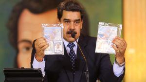 Venezuelas president Nicolás Maduro visar upp de grinda amerikanernas pass