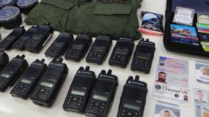 Beslagtagna radiotelefoner, militäruniformer och pass