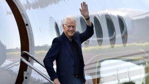Bill Clinton stiger av ett flygplan i Mariehamn.