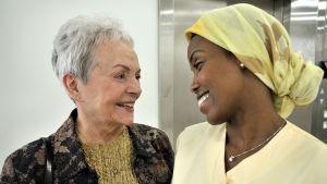 Anneli Sauli ja Maryan Guuleed hymyilevät toisilleen. Kuva Saara Cantellin elokuvasta Kohtaamisia.
