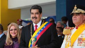 President Maduro flandkerad av sin fru Cilia Flores och försvarsminister Vladimir Padrino under en militärparad som ordnades i fredags inom ramen för firandet av Venezuelas självständighetsdag.