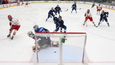Rysslands Daniil Latsjutin gör semifinalens första mål då tre minuter spelats.