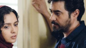 Paret Rani och Emad undviker att se varandra i ögonen.