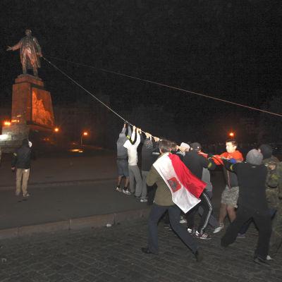 Demonstranter i stden Charkiv i Ukraina fäller landets största Leninstaty.