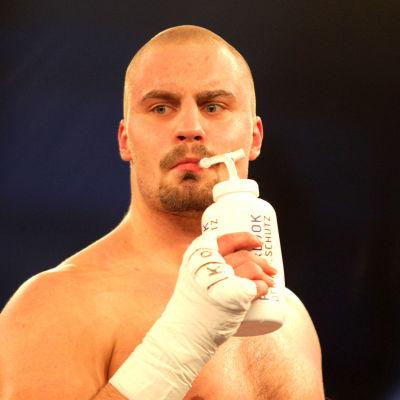 Svensken Adrian Granat dricker under en boxningsmatch 2015.